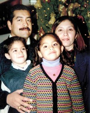 Agustín E. Martínez Puentes, Lucero Aguilera de Martínez, Eduardo y Marifer Martínez Aguilera.