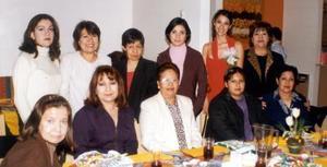 Carla Sosa recibió numerosas felicitaciones en su priemra despedida de soltera, realizada en días pasados.