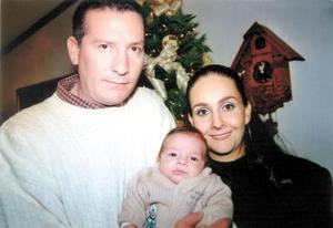 Carlos Aguilera Palafox y Ana Cecy de Aguilera con su hijo Carlos, en su convivio de Nochebuena.