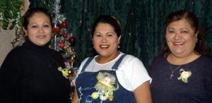 Cristy Soto con las organizadoras de su fiesta de regalos, ofrecida por el cercano nacimiento de su bebé, Gloria Torres y Gloria Soto.
