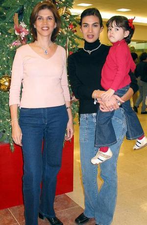 Las laguneras Gloria Franco de Madero y su hija Brenda vinieron de Monterrey a pasar las fiestas de Navidad con sus familaires, las acompaña Valeria Castro Madero.