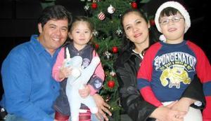Los laguneros Édgar Eduardo treviño y Sonia Aguilera radican actualmente en Monterrey N.L. y vinieron a La Laguna acompañados de sus hijos Sathya y Alexis.