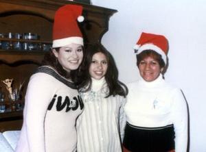 Lydia Sánchez Quintero con Paola Sánchez y Priscila Sánchez organizadoras de su fiesta de regalos.