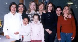 Margarita Castillo Aguilar acompañada por algunas de los asistentes a su fiesta de canastilla realizada en días pasados.