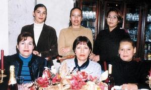 Mari Cruz, Leticia Flores, Hilda Gemina Alvarado, María Elena Collazo, Sonia Martínez y Aída Arenas Alvarado, captadas en un convivio con motivo de la Navidad.