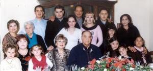 Sergio Estrella Ochoa Rodeado por su familia, en la tradicional cena de Nochebuena.
