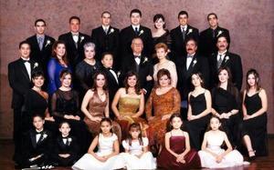 Sr. Salvador Álvarez Díaz y Sra. María Elena Cruz Barba de Álvarez celebraron su  50 aniversario de bodas de oro matrimoniales con una misa de acción de gracias en la parroquia de San José Apóstol, acopañados de sus familiares