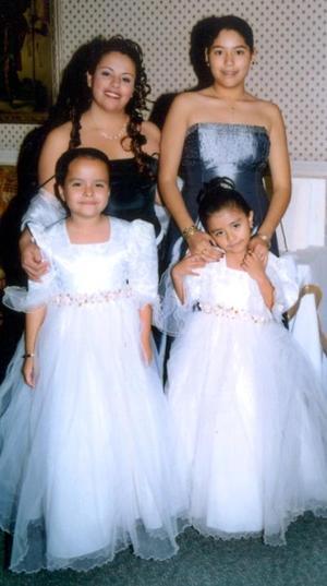 Isela Marisol y Tanya Elena Fierro García, con las pequeñas Yelena García Americano y Denisse Alexandra Bautista Flores en un acontecimeinto social.
