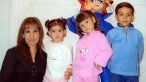 Miguel Wong Grageda acompañado por su mamá, Cristina G. de Wong, y por sus hermanos Ana Cristina y María Paula, el día que festejó su sexto cumpleaños.