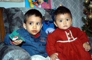 Víctor Andrés Cuéllar Huitrado acompañado de su hermanita en el festejo quie le organizaron por sus dos años de vida.