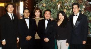 César Alonso, Pedro Hernández, Gabriela Ríos, Pedro Valdez, Magda Saucedo y Joel Orrante, captados en pasado festejo navideño.