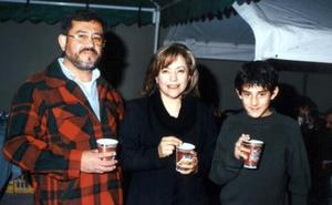 Francisco Murillo, Alyson de Murillo y Omar Murillo, en la ceremonia inaugural de un café de la localidad.