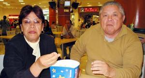 María Eugenia C. de Prado y Javier Prado en un centro comercial de la ciudad.