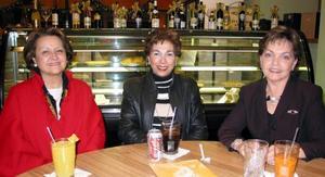 María Lucía Fernández de López, Payo de Hinojosa y Angelina G de Madero, amigas de la infancia reunidas en una cafetería.