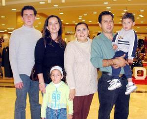Paul Limón, Érika Limón, Alejandra R. de Cruz, Manuel y David Cruz, captados en un centro comercial.