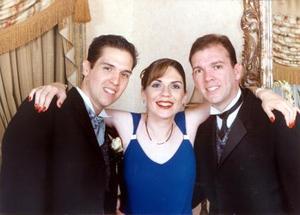 Ricardo Alvarado Nájera acompañado por sus hermanos Alejandra Alvarado y Tomás Alvarado el día de su enlace nupcial con la Srita. Selfia Ramos Rodallegas celebrado en Ciudad Juárez Chihuahua.