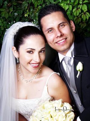 L.C.E. Jesús Adolfo Martínez Ruiz y L.P. Verónica Rodríguez Cortés recibieron la bendición nupcial en la parroquia Los Ángeles el 22 de noviebre de 2003.   Estudio: Laura Grageda