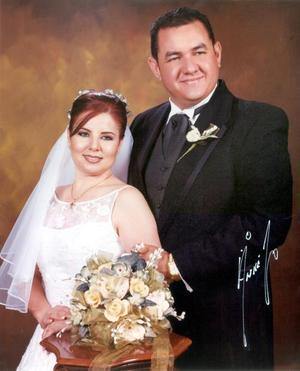 Sr. Aldo Edmundo Meraz Yáñez y Srita. Martha Elena Zamora contrajeron matrimonio religioso en la parroquia de Nuestra Señora de la Virgen del Perpetuo Socorro el cuatro de octubre de 2003