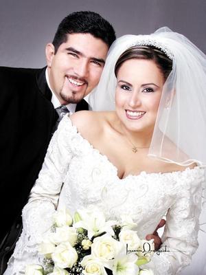 Sr. Esteban de Jesús Íñiguez Castruita y Srita. Yadira Vanessa Valdez Rodríguez contrajeron matrimonio religioso en la capilla del Centro Saulo el 13 de diciembre de 2003.   Estudio: Laura Grageda