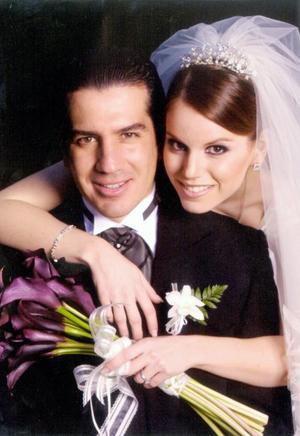 Sr. Omar Álvarez Sagredo y Srita. Lupita Estrada Villarreal recibieron la bendición nupcial en la parroquia de San Pedro Apóstol el 15 de noviembre de 2003.