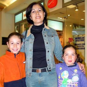 <u>29 de diciembre de 2003</u> María Guadalupe Igleisas de Corral con su hija Sarahí Corral Iglesias  y su sobrina María Cecilia Iglesias Bueno.