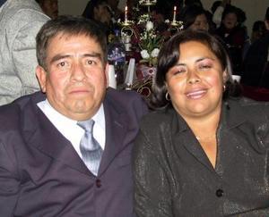 <u>29 de diciembre de 2003</u> Alejandro de Santiago y María Guadalupe Hernández de Santiago, captados en pasado festejo social.