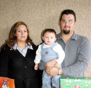 El pequeño Ricardo cumplió su primer año de vida, por lo que sus padres Ricardo González y Griselda Ávalos de González lo festejaron con una piñata.