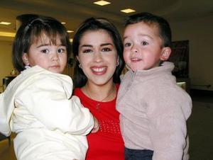 María Teresa Saracho junto a los pequeños Diego y Ana Sofía Ocon Olhagaray