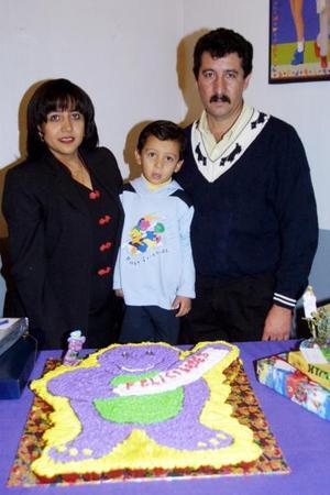 Miguel Ángel Heredia Álvarez en compañía de sus papás Martín Herrera Rivera y Claudia Álvarez de Heredia en la fiesta que le organizaron por sus cuatro años de vida.
