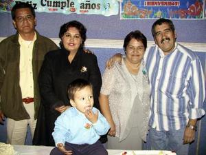 Efredo Issac acompañado de sus abuelitos Jaime Pérez, Mayela Casillas, Efredo López y Guadalupe Ceballos en su fiesta infantil.