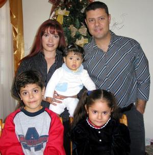La pequeña Daniela Rodríguez Téllez acompañada por sus papás y por sus hermanos en el convivio infantil que le prepararon con motivo de su cumpleaños.