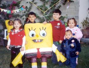 Con una fiesta el niño Alexis Treviño Aguilera celebró su quinto aniversario de vida, lo acompañan en la fotografía su hermana Sathya y amiguitos.