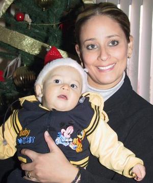 Claudia Esparza de Contreras con su pequeño hijo Walter Contreras en un festejo navideño.