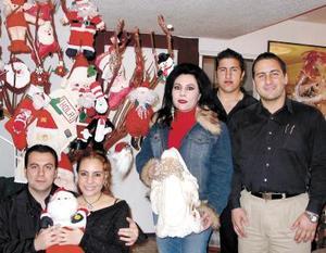La señora Bertha de Garza con sus hijos Raúl Alejandro, Pablo Césary Bety y su novio quienes se prepararon para recibir la navidad.
