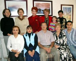 Personal de conocida asociación médica en un convivio de Navidad.
