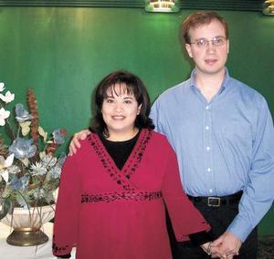 Claudia de Stone en compañía de su esposo Jason Stone Sevic el día del  festejo por el cercano nacimiento de su bebé.