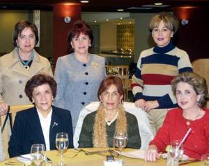 Chacha Maisterrena de García recibió numerosas felicitaciones de su grupo de amigas en el convivio que le ofreció por su cumpleaños