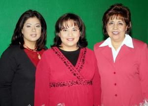 La futura mamá Claudia de Stone con Lorena Navarro y María Elena de Navarro organizadoras de su convivio.