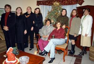 Mireya, Norma, Lupita, Marina, Marielena, Yoly y Blanca en un convivio navideño.