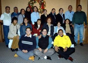 Silvia Moreno en compañía de sus compañeros de trabajo en una reunión que tuvieron con motivo de la Navidad.