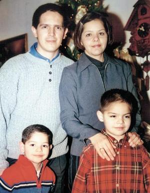 Luis E. Téllez Camacho y Cecy Aguilera de Téllez con sus hijos Eduardo y Alejandro en pasado convivio social.