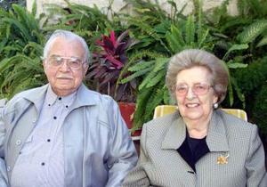 Don Braulio Fernández Aguirre y doña Lucía A. de Fernández Aguirre estimable matrimonio lagunero captado recientemente