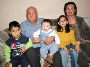 Luis Ángel González Zuviria y Virginia González de González en compañía de sus nietos Daniela, Andrés y Ricardo en pasado convivio familiar.