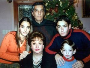Luis Obregón y Dora Elia Cadena de Obregón con sus hijos, Dorita, Luis y Carlos en un convivio alusivo a la Navidad