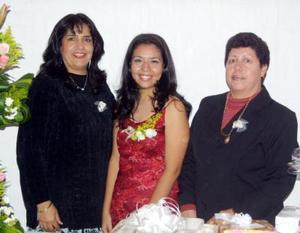 <u>29 de diciembre de 2003</u> Leiticia Garay Espinoza acompañada de las organizadoras de su despedida de soltera, las señoras Mercedes Cázares de Sánchez y Leticia Espinoza de Garay.