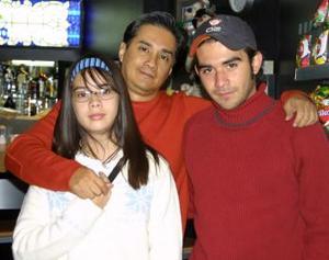 Carlos Lara Jr. y Mónica Lara viajaron  a Monterrey, los despidió Carlos Lara.