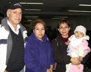 José Santacruz, Laura Santacurz y la niña Kate regresaron a Tampico luego de disfrutar de la Navidad en Torreón; los despidió Ileana Santacruz