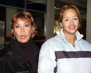 <u>01 de enero </u> Santa Ríos retornó a la Laguna luego de pasar las fiestas navideñas en México, la recibió Yelitza Alagarte.