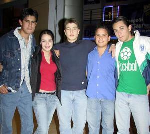 Ariel Martínez, Karen Domínguez, Fer Alatorre, Gerardo Mendieta Cosme y otro joven en un convivio