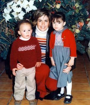 <u>03 de enero</u><p> Rosetta Urrutia de Teja con sus hijos Miguel Ángel y María Julia Teja Urrutia en su cena de Navidad.